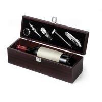 Caja De Madera Para Una Botella De Vino. Vino No Incluido. Marron Chocolate